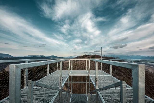 02f6bfa78 Mesto Žilina otvorilo na vrchu Dubeň 27,4 metra vysokú vyhliadkovú vežu,  ktorú stavalo prostredníctvom Oblastnej organizácie cestovného ruchu (OOCR)  Malá ...